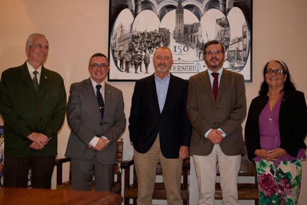 Pérez-Reverte hace parada en el Mercantil en su visita a Sevilla